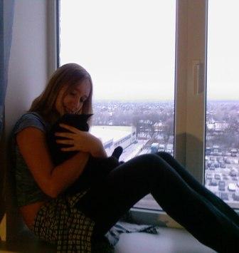 Фото девушки на окне