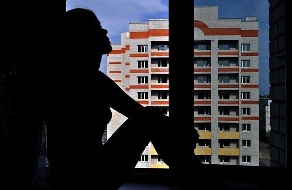 Фотография девушки на окне