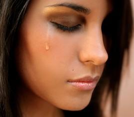Грустная девушка со слезой