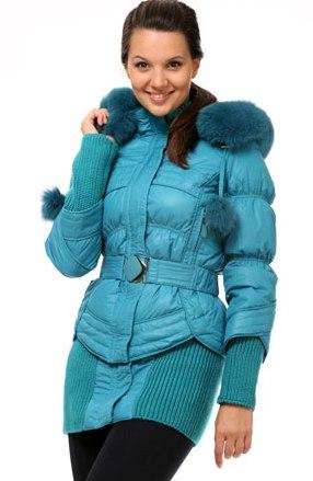 Девушка в синей куртке-пуховике