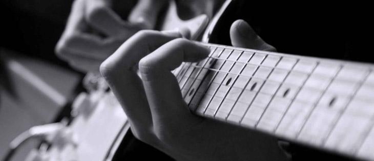 Гитара с руками в черно-белом цвете