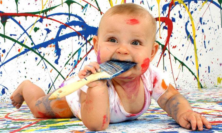 Ребенок с красками