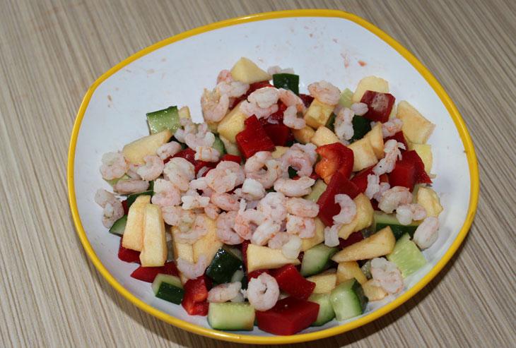 Простой салат с креветками и огурцами
