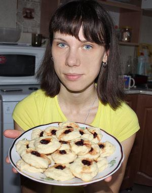 Творожное печенье с вишенками из варенья
