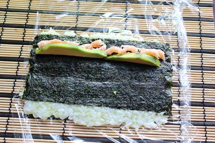 Ролл с летучей рыбой, креветкой и авакадо с рисом наружу