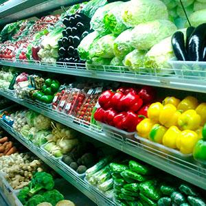 Овощи и фрукты в магазине